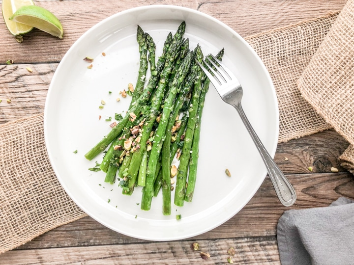 garnish roasted asparagus with garlic with toppings