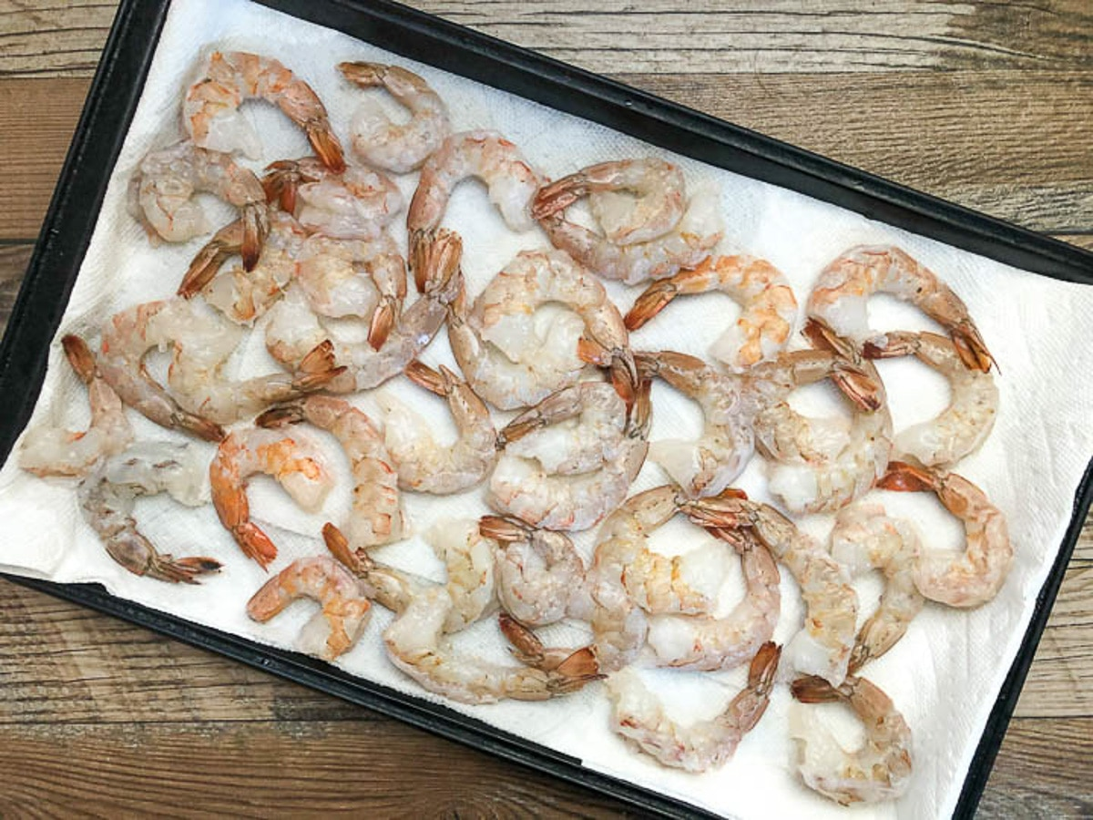 cleaned raw shrimp on top of layered paper towels to dry